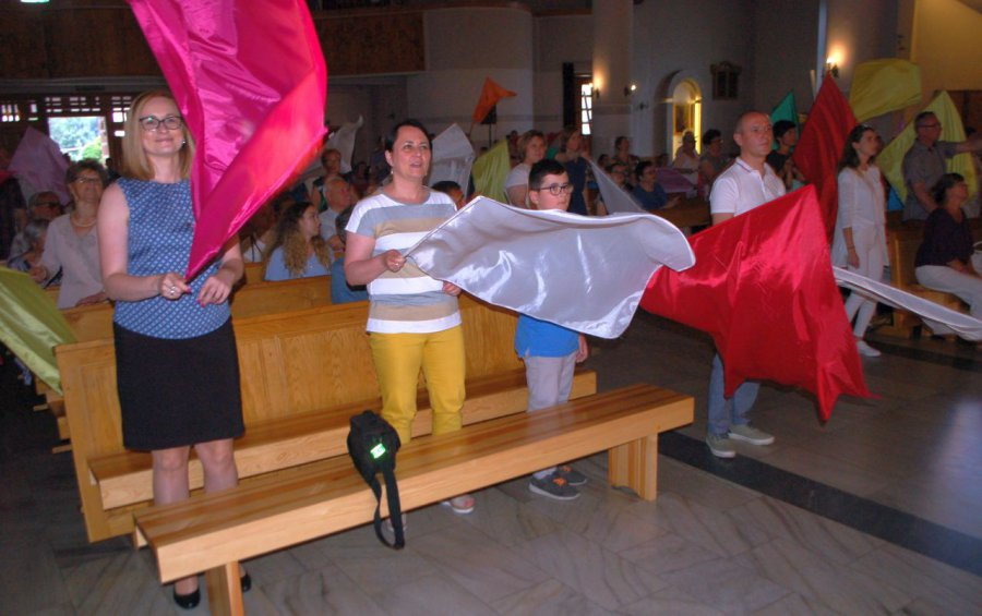 Zespół śpiewał, a cały kościół machał flagami (WIDEO)
