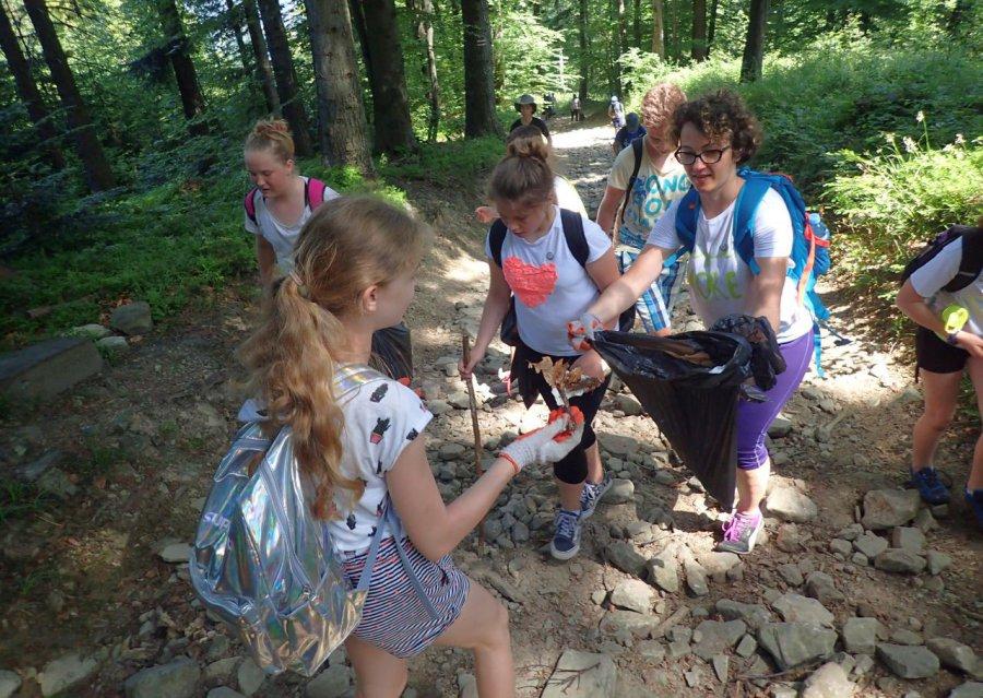 Młodzież z powiatu chrzanowskiego posprzątała Beskidy