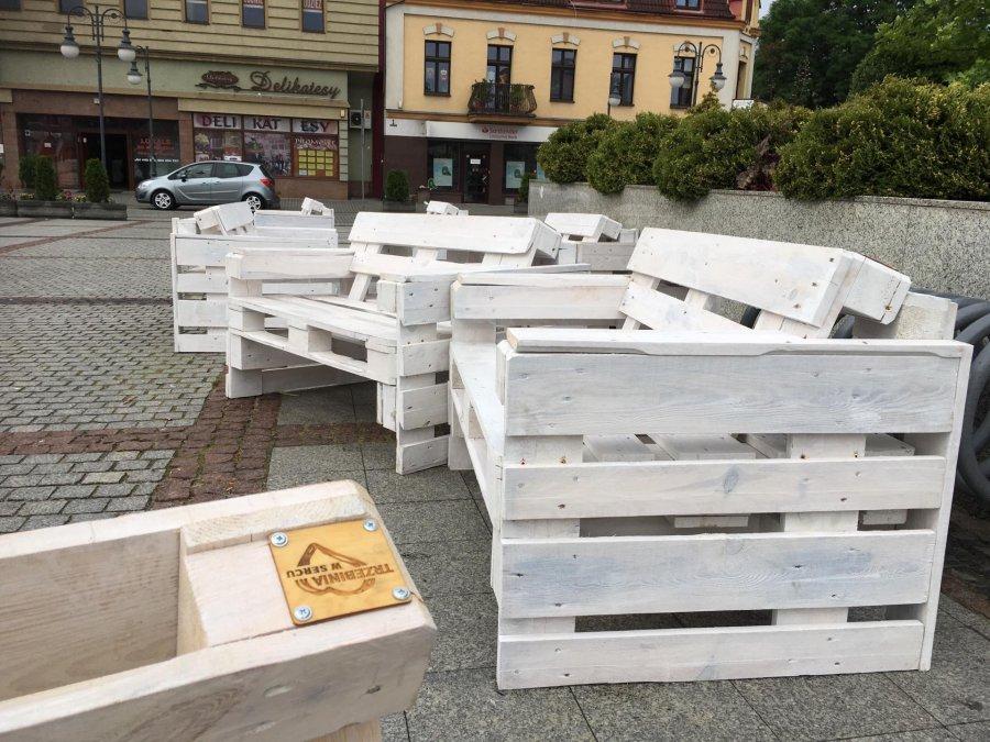 Siedziska z palet na rynku, czyli upcykling w Trzebini