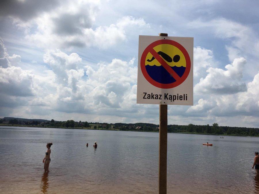 Ratownicy pilnują pustego basenu, plażowicze kąpią się przy zakazie