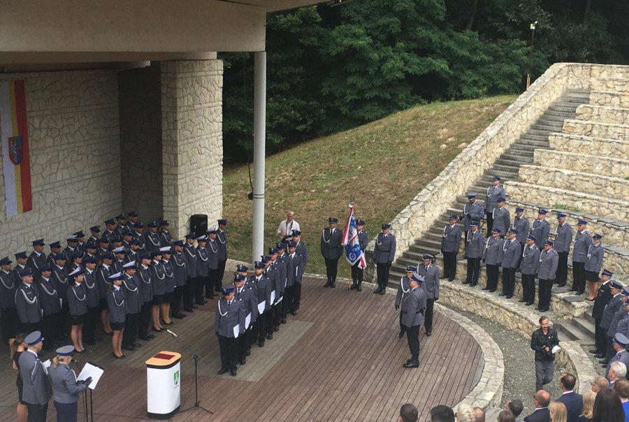 Święto powiatowej policji w Wygiełzowie. Awanse, życzenia, podziękowania (ZDJĘCIA)