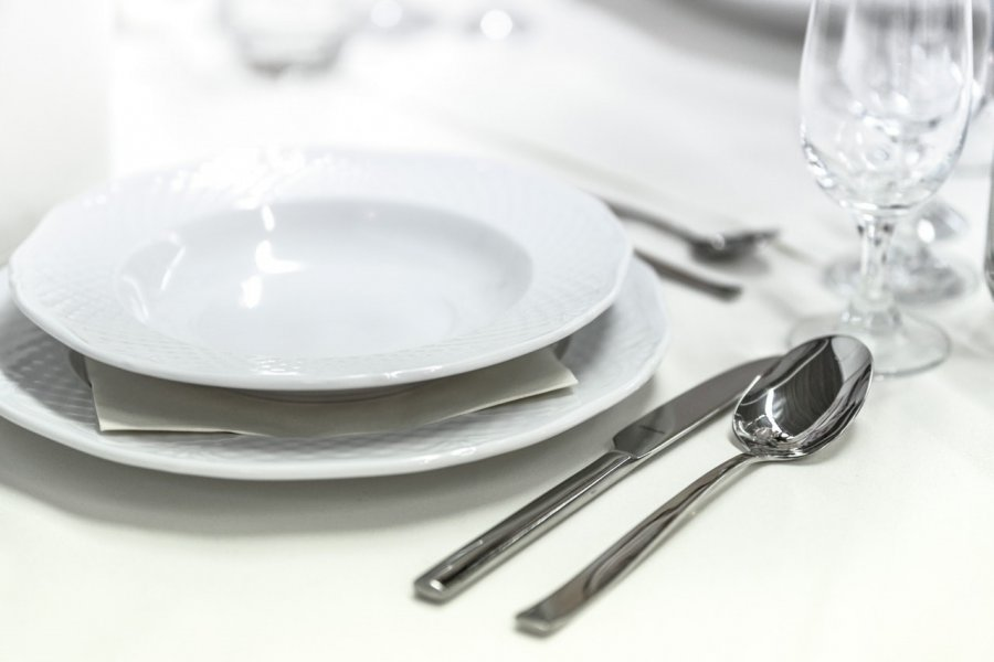 Wyposażamy kuchnię, czyli najważniejsze elementy zastawy stołowej dla początkujących