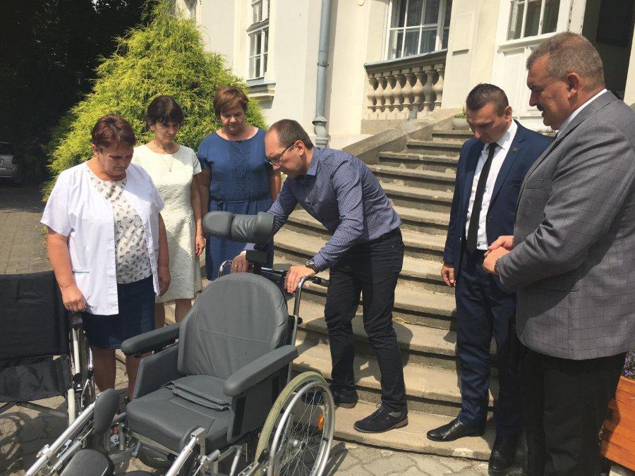 Wózki dla niepełnosprawnych trafiły do Domu Pomocy Społecznej