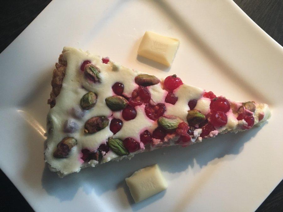 Tarta z białą czekoladą, porzeczkami i pistacjami