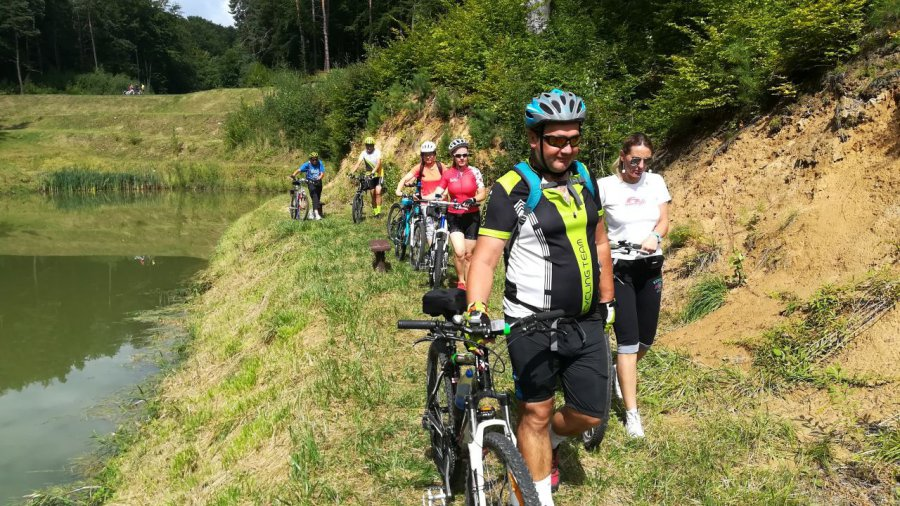 Rowerzyści pojeździli po górkach i obejrzeli stawy kaskadowe (WIDEO)