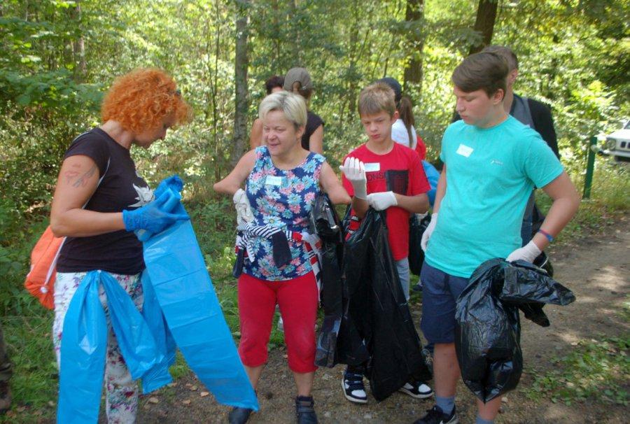 Zakasali rękawy i posprzątali las (WIDEO)