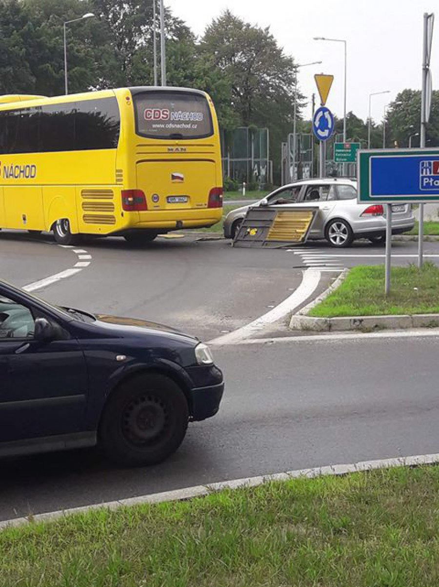 Odpadł kawałek autobusu