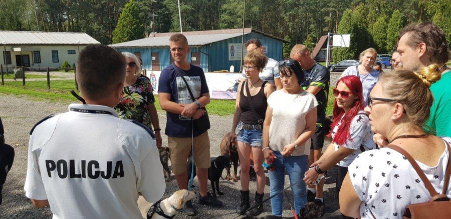 Policjanci przyszli do właścicieli psów przed ich protestem nad Chechłem (WIDEO)