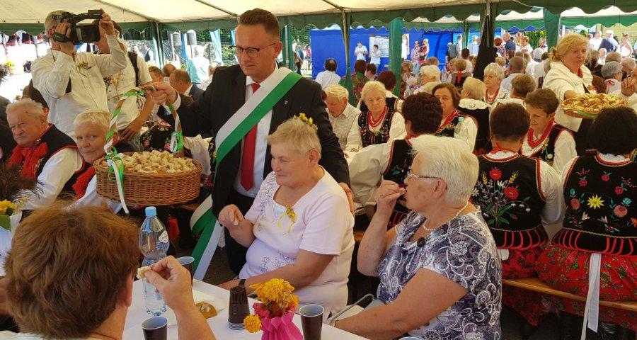 Burmistrz częstował chlebem dożynkowych gości (WIDEO)