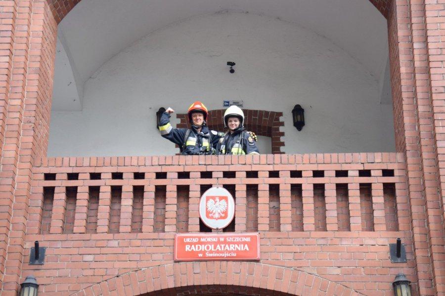 W mundurach wbiegły na najwyższą latarnię morską w Polsce