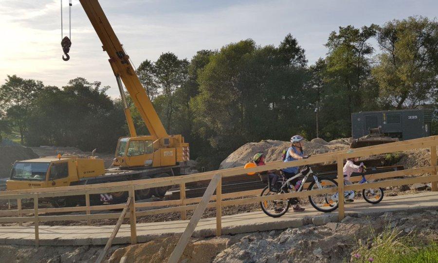 Piesi i rowerzyści korzystają z kładki
