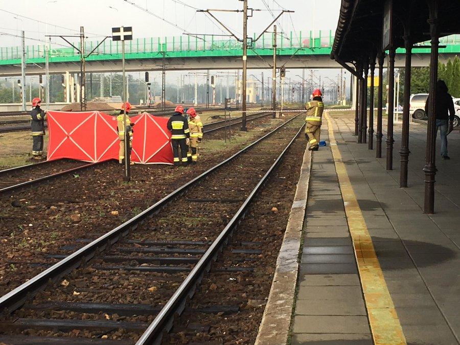Śmierć na torach. Utrudnienia w kursowaniu pociągów (WIDEO)