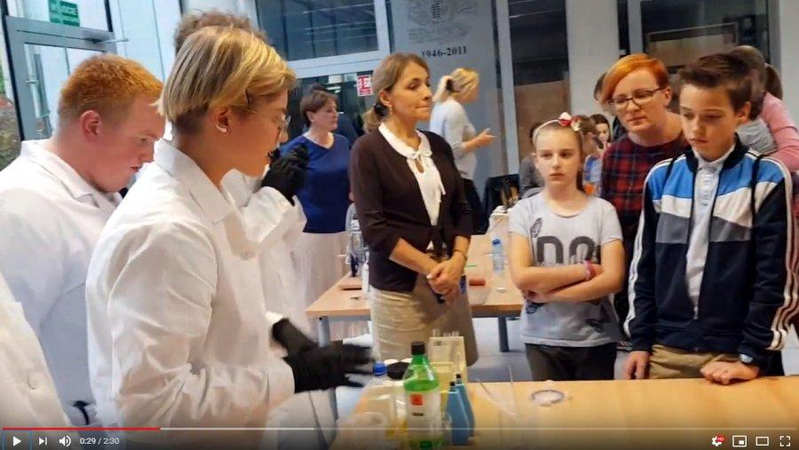Chemiczne eksperymenty i roboty w chrzanowskiej bibliotece (WIDEO)