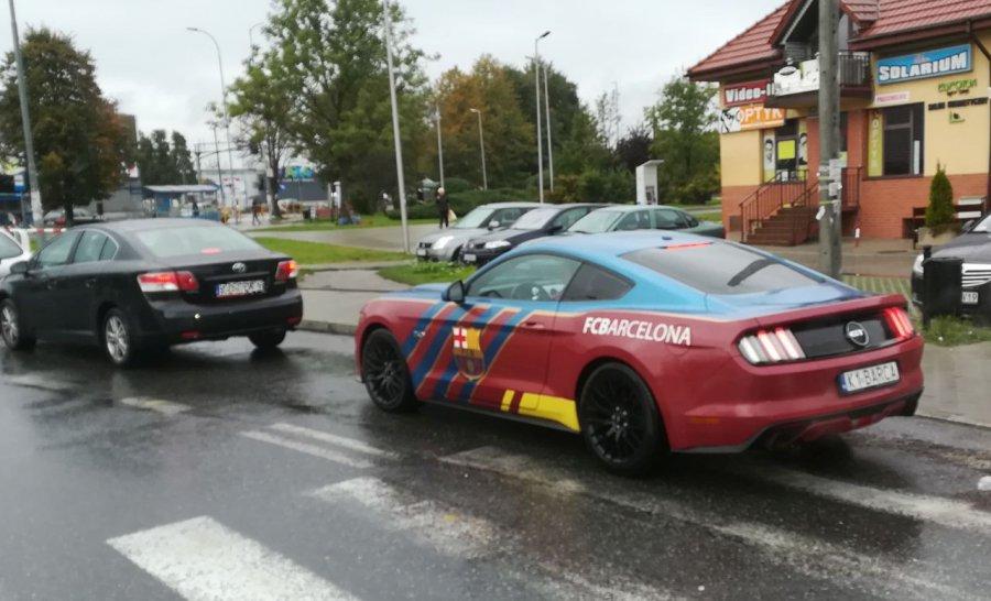 Ten kierowca musi być wielkim fanem FC Barcelona