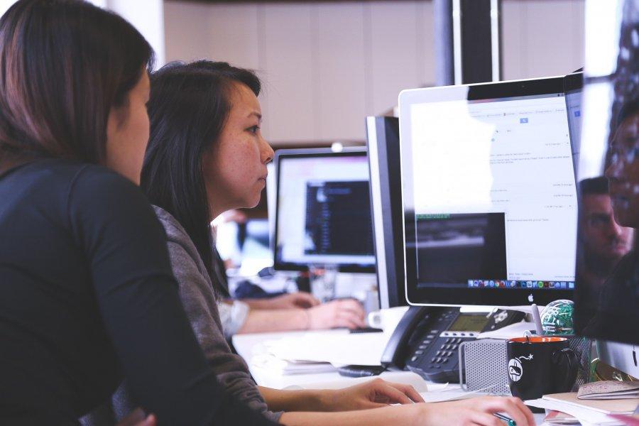 Na czym polega praca tymczasowa i dlaczego warto korzystać z usług agencji?