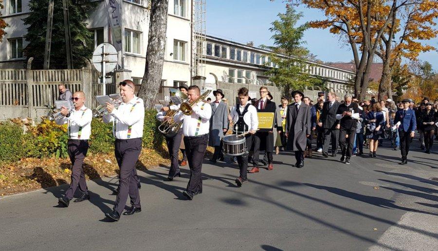Głośna parada na 100-lecie Fabloku przeszła przez Chrzanów (WIDEO, ZDJĘCIA)