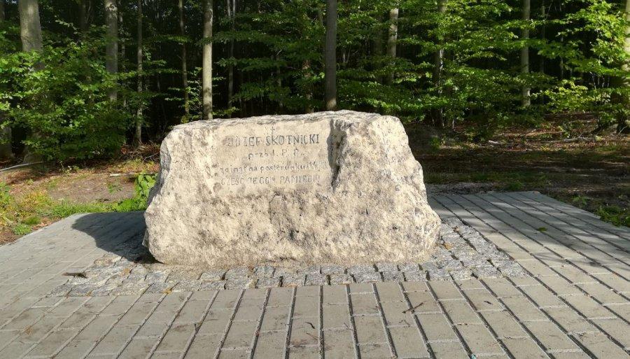 Ten kamień upamiętnia policjanta, który zginął na służbie