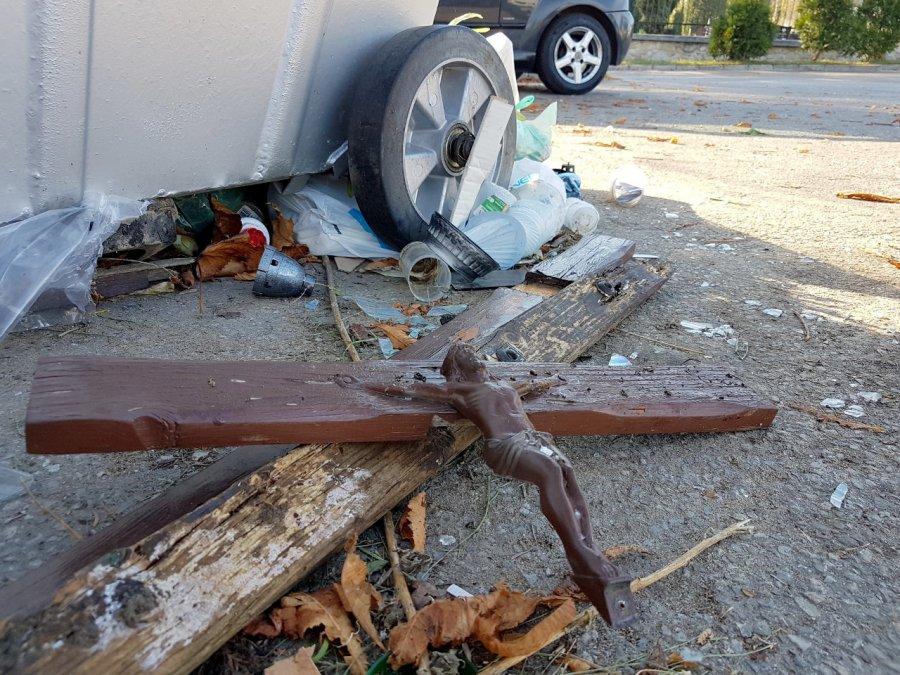 Krzyż na śmietniku