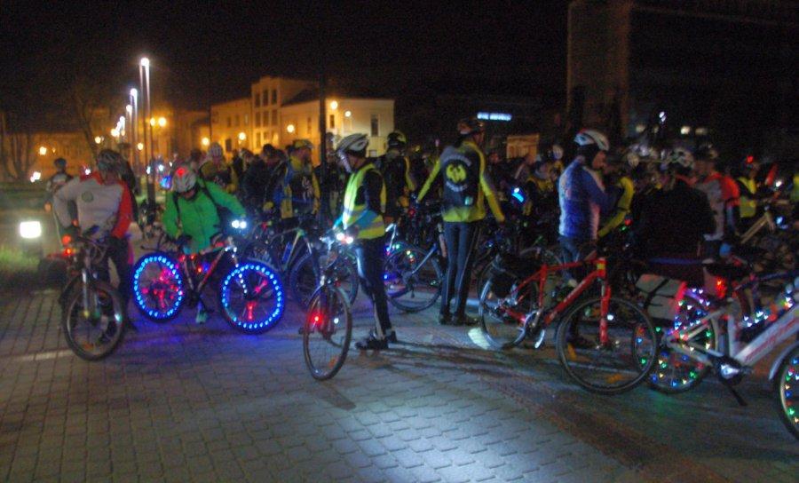 Rowery oświetlone jak choinki przejechały przez Chrzanów (WIDEO)