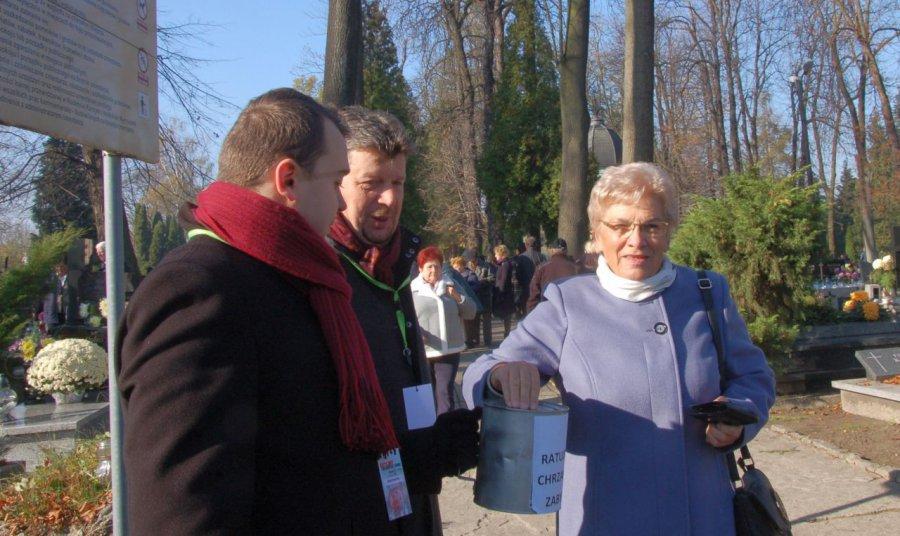 Odwiedzający cmentarze nie żałowali pieniędzy na odnowienie pomników (WIDEO, ZDJĘCIA)