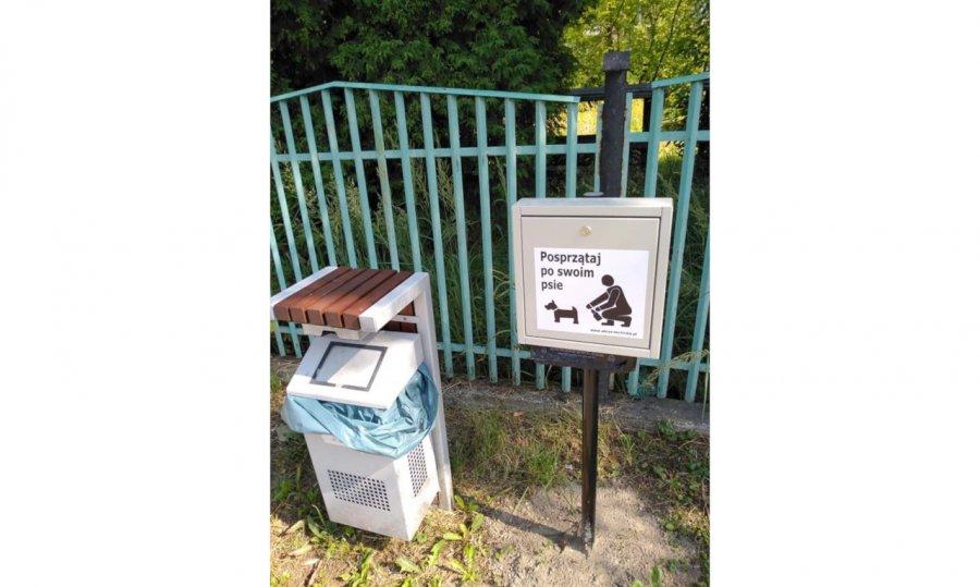 Nie wszyscy właściciele psów w Krzeszowicach zauważają kosze na psie kupy