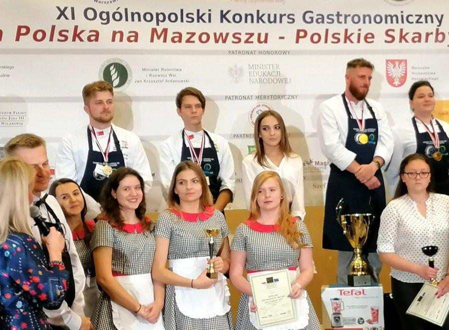 Wicemistrzowie Polski w serwowaniu potraw uczą się w Trzebini