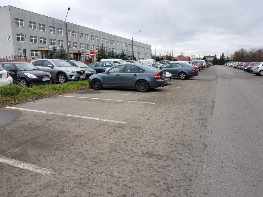 Na szpitalnym parkingu ktoś wykręcił śruby z koła