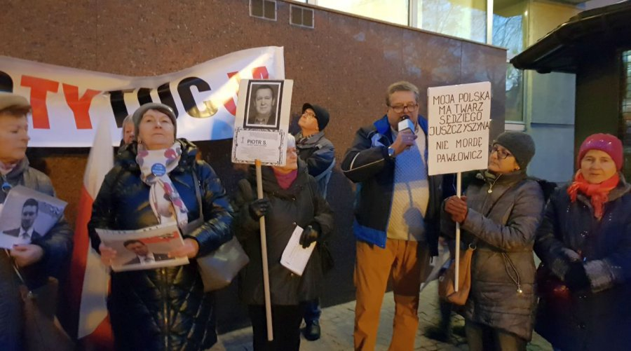 Manifestanci pytali pod sądem w Chrzanowie: Jaką kastą jest grupa Ziobry? (WIDEO)