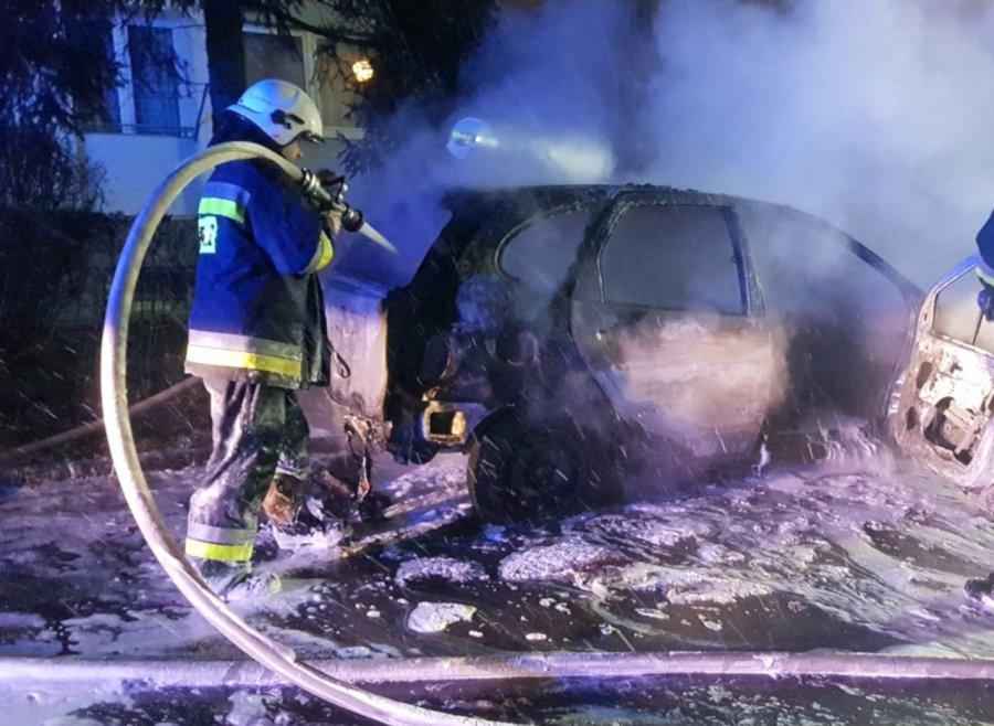 Samochód spalił się między blokami