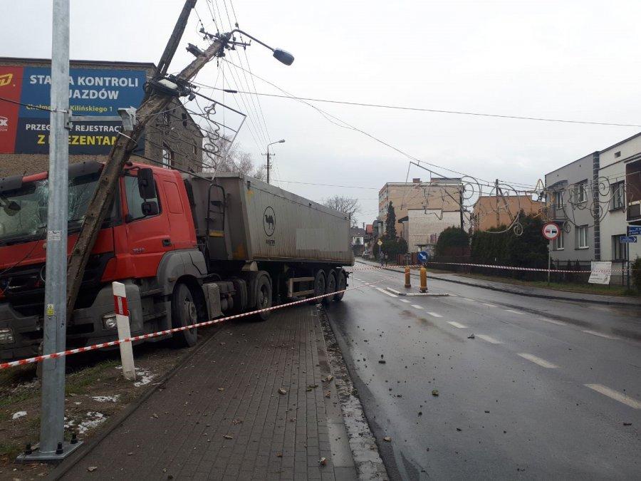 Zderzenie dwóch ciężarówek, osobówki i autokaru