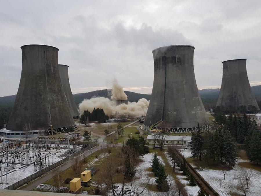 Wyburzenie chłodni kominowej wymaga precyzji. W Sierszy to się udało (WIDEO)