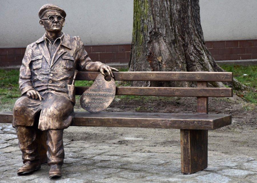 """Marian Konarski ma swoją ławeczkę. Kiedyś stał tutaj kiosk """"Ruchu"""""""