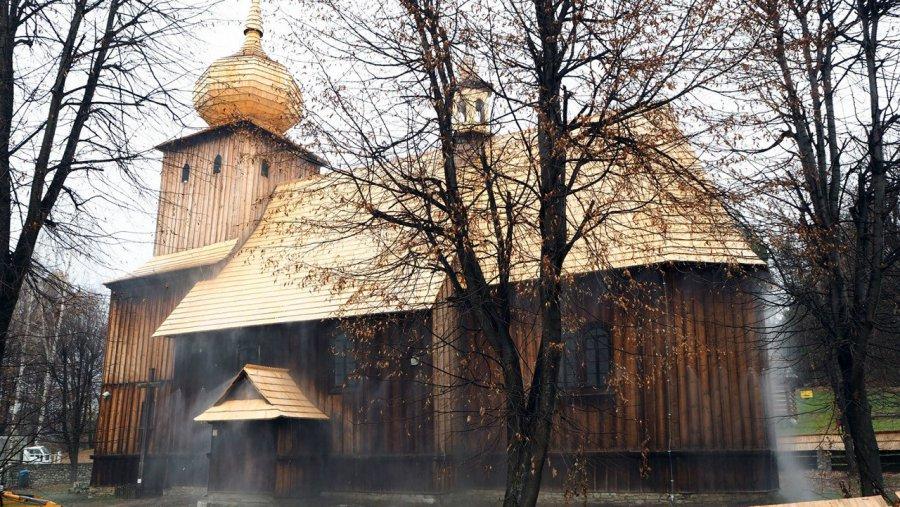 Nowe dachy i mgła do ochrony w skansenie