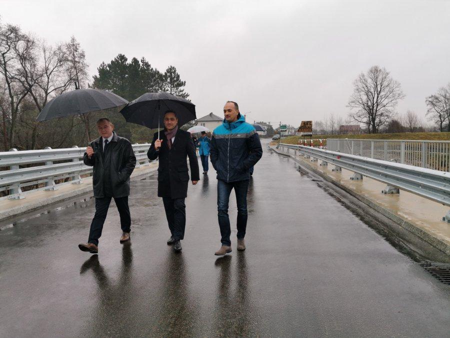 Mostem na granicy Mętkowa i Żarek można już jeździć (WIDEO)