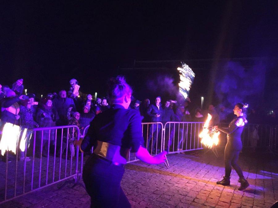 Sylwester pod Gwiazdami z pokazem ognia i fajerwerkami. Tak chrzanowianie przywitali Nowy Rok (WIDEO)