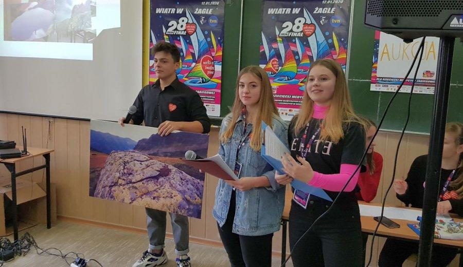 Licealiści licytowali obrazy, ozdoby, lampki rowerowe. Pieniądze trafiły do puszki WOŚP (WIDEO)