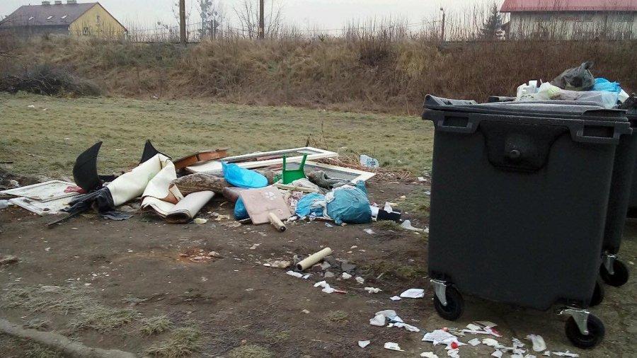 Brud i śmieci. Na tej ulicy mają weekend z bałaganem (ZDJĘCIA)