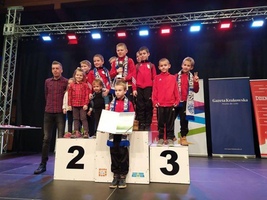 Młodzi sportowcy na podium