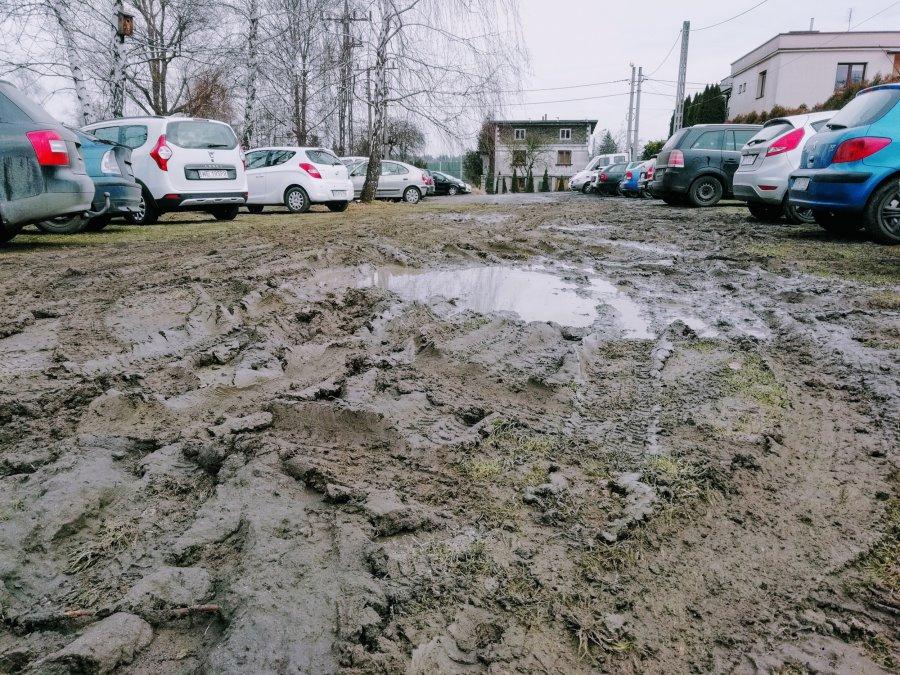 Powiększa się dziki parking pod szpitalem w Chrzanowie