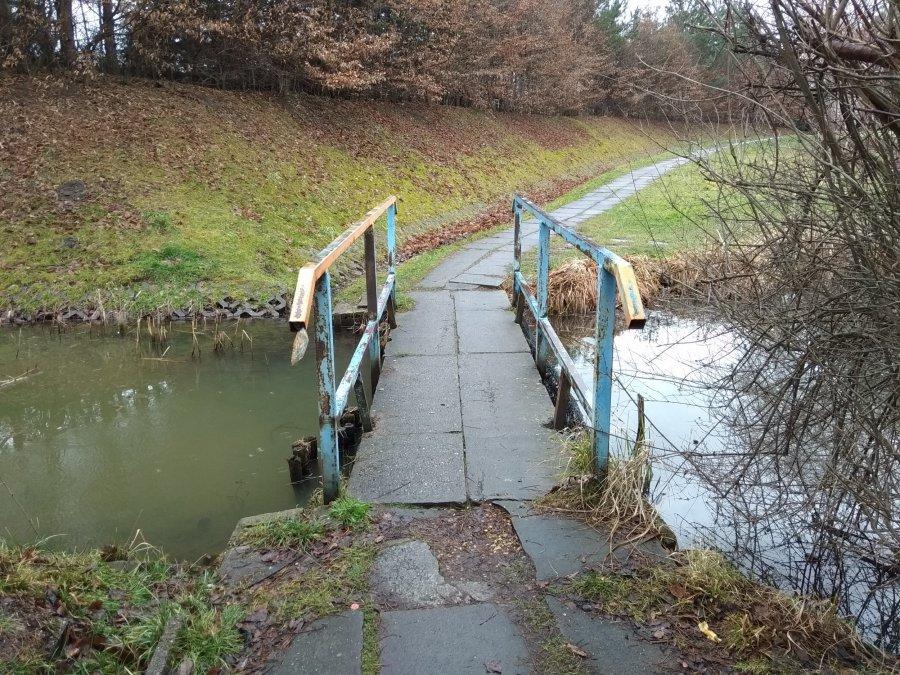 Zrujnowany mostek nad stawem w Kościelcu