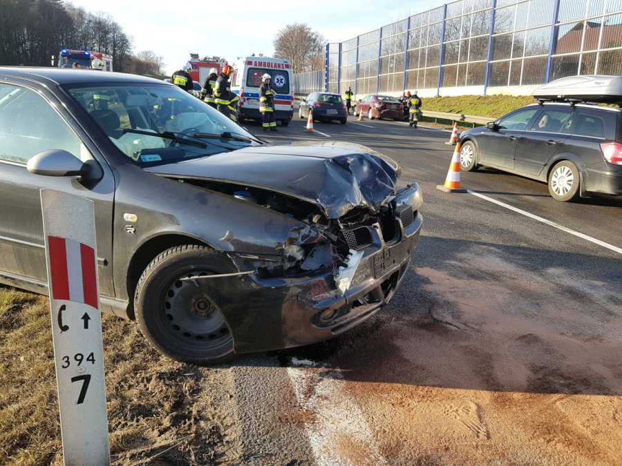 Na autostradzie zderzyły się trzy samochody