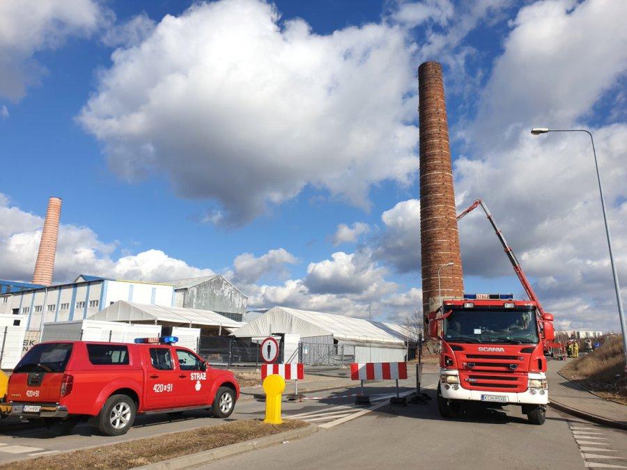 Strażacy zabezpieczają komin