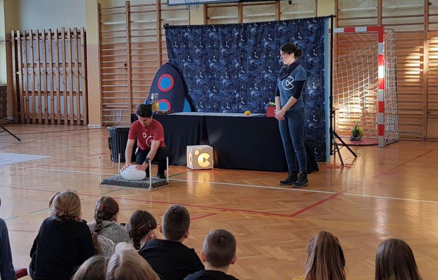 Uczniowie z Libiąża zobaczyli działko dymne i łoże fakira (WIDEO)