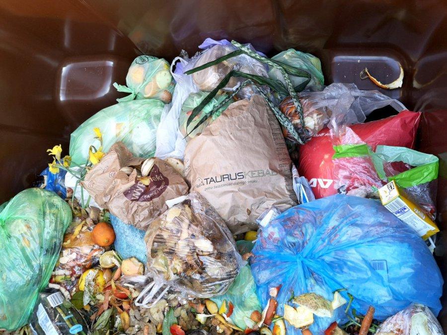 Pełno plastiku i papier w bioodpadach