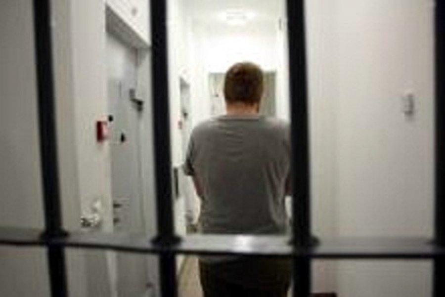 Zniszczyli drzwi, trafili do aresztu