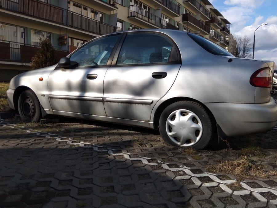 Wraki aut zajmują miejsca parkingowe