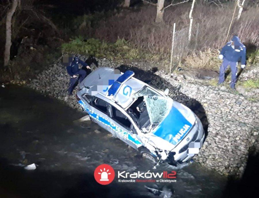 Radiowóz wpadł do rzeki. Dwóch policjantów w szpitalu
