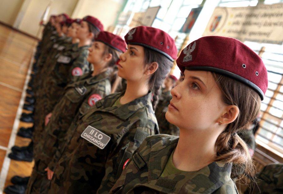 Dziewczęta rwą się do munduru. Takiego zainteresowania jeszcze nie było w liceum w Chrzanowie (WIDEO)