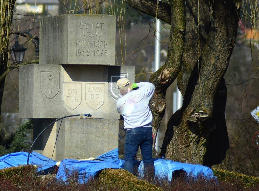 Z pomnika w Krzeszowicach usunięto napisy