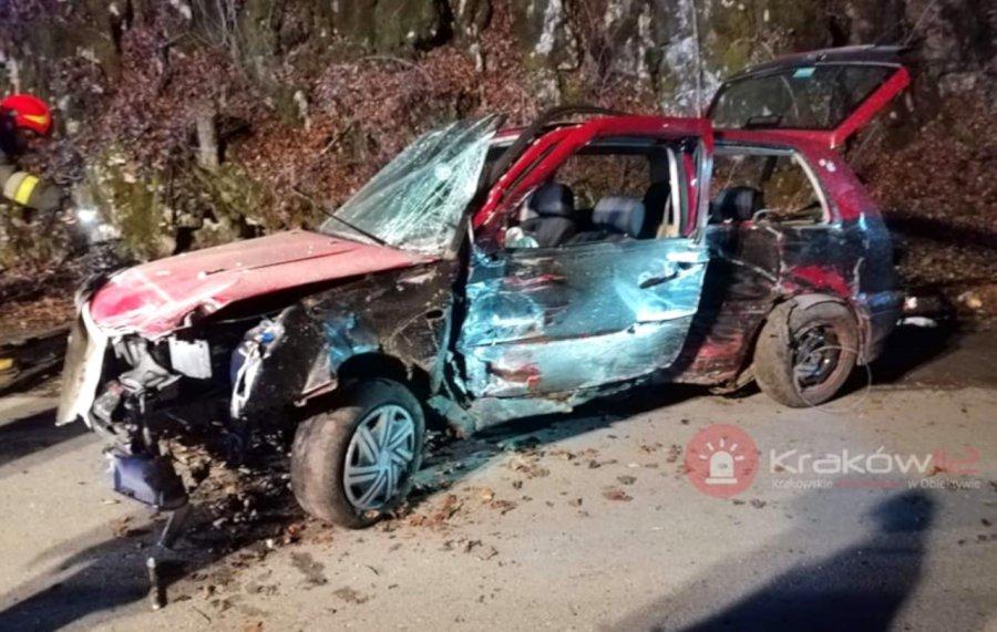 Pijany 19-latek uderzył autem w skałę